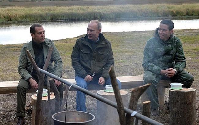 Фото: Путин и Медведев едят уху (kp.ru)