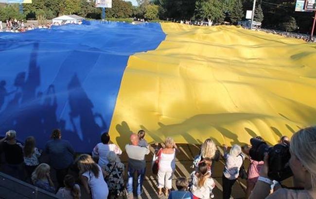 В Мариуполе развернули гигантский флаг Украины