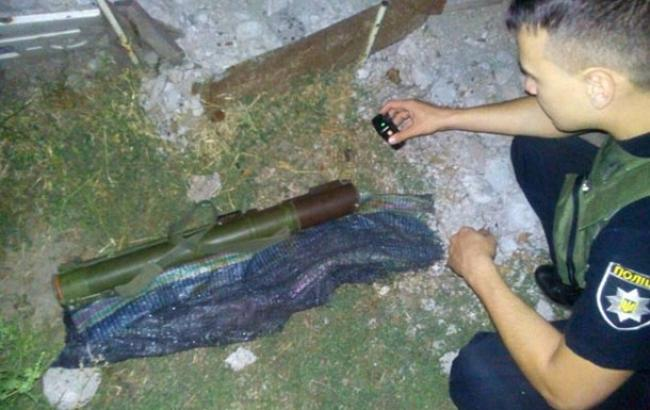 Фото: вибухотехніки працюють над знешкодженням гранатомету, знайденого у Маріуполі