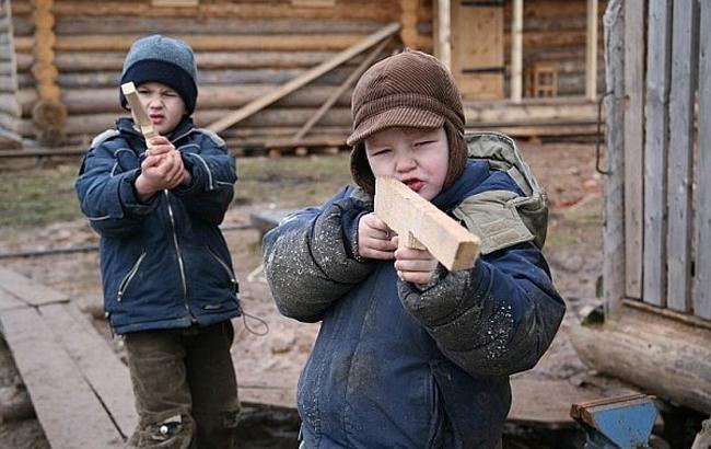 Фото: Діти з пістолетами (altaynews.kz)