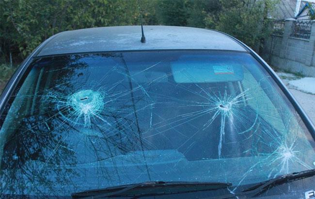 Фото: Разбитое молотками лобовое стекло автомобиля Яны Гончаровой (facebook.com)