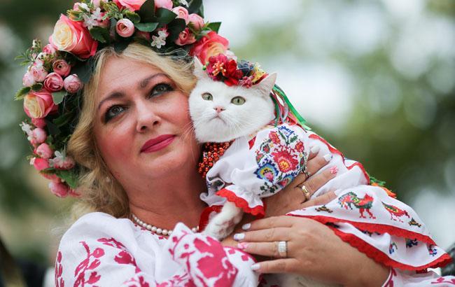 Фото: Учасники маршу у вишиванках в Києві - кішка Білочка і його господиня (Віталій Носач)