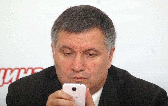 Фото: Арсен Аваков з телефоном (uainside.info)