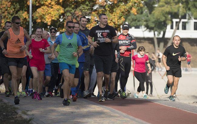 Фото: Віталій і Володимир Клички на біговій доріжці в Березняках (klichko.org)