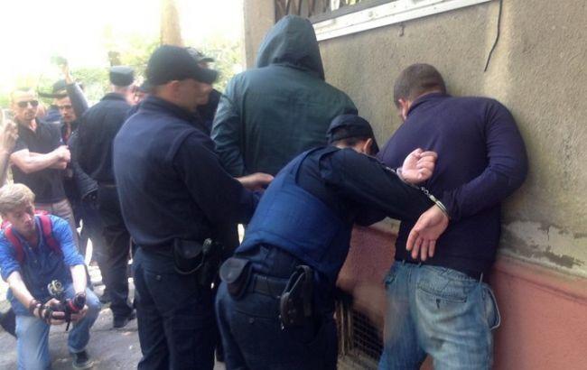 Фото: під Апеляційним судом Одеси невідомі розпилили газовий балончик