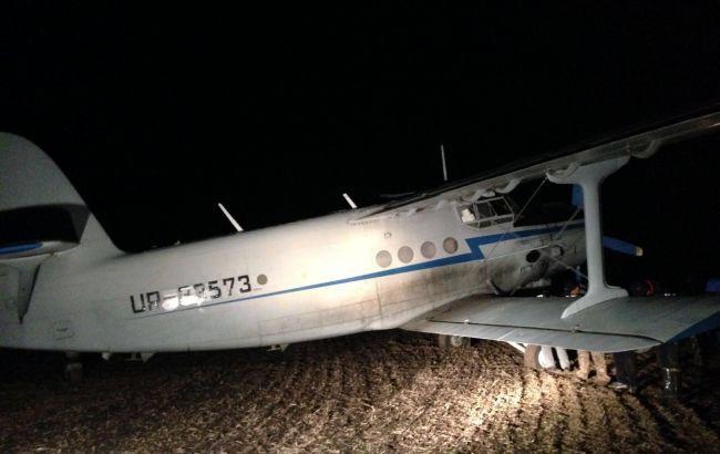 Фото: прокуратура затримала літак з контрабандними цигарками