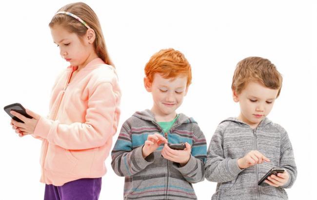 Фото: Дети с телефонами (ourkidsour.org)