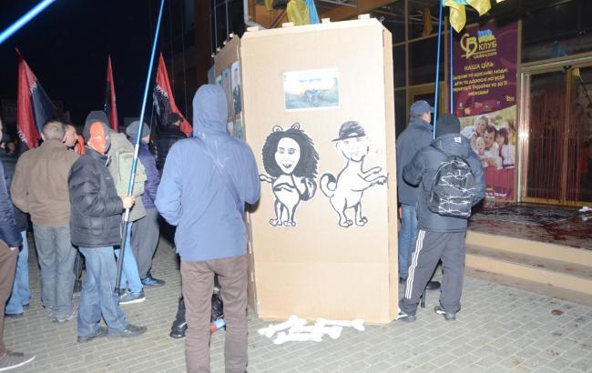 Фото: Активисты сорвали концерт Потапа и Насти (marichkanews.com)