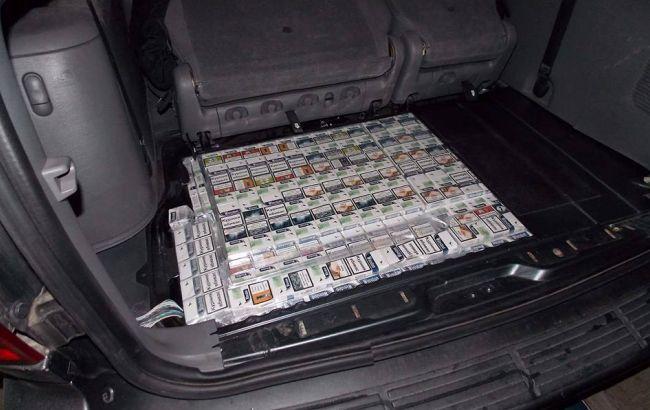 Фото: помічник польського депутата намагався вивезти з України бурштин і сигарети