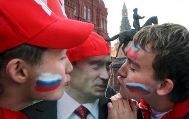 Фото: Росіяни цілують портрет Путіна (press-centr.com)