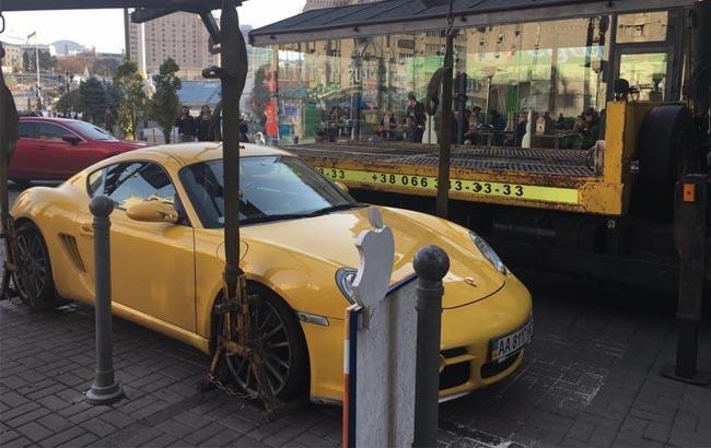 Фото: Евакуація Porsche з центру Києва (thekiev.city)