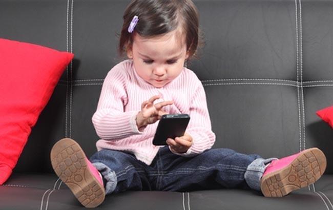 Медики попередили про серйозну небезпеку смартфонів для зору дітей