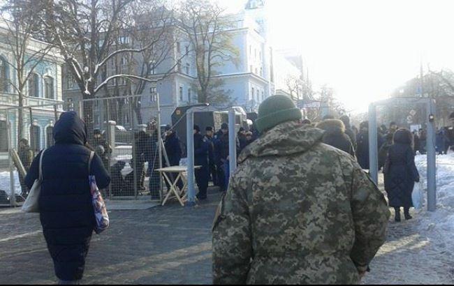 Фото: протести біля будівлі НБУ
