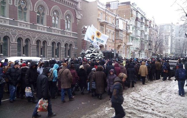 Фото: учасники мітингу в Києві прийшли під будівлю НБУ