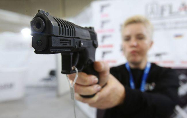 В Україні завтра відновиться видача дозволів на зброю
