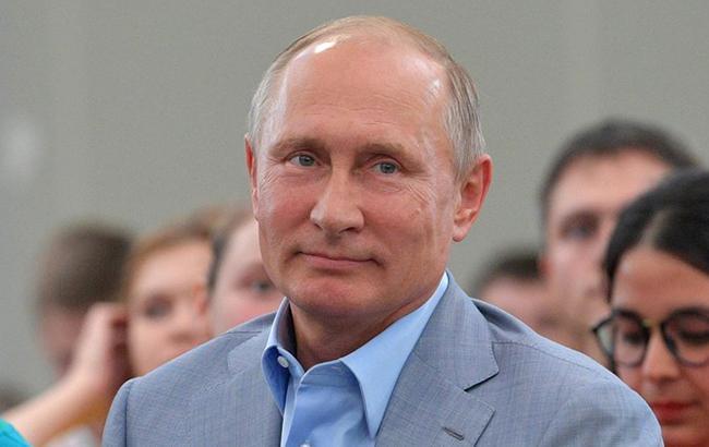 В качестве игрушки: в России новогоднюю елку украсили портретом Путина