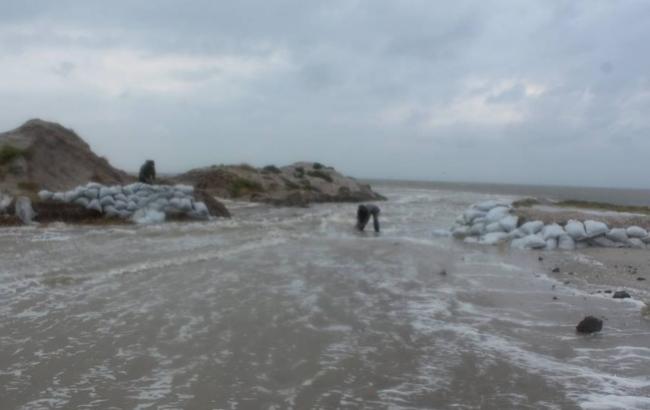 Фото: Шторм поєднав Тузлівський лимани з морем (facebook.com/rusevivan)