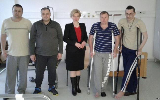 Фото: в Венгрию прибыли на лечение украинские военные