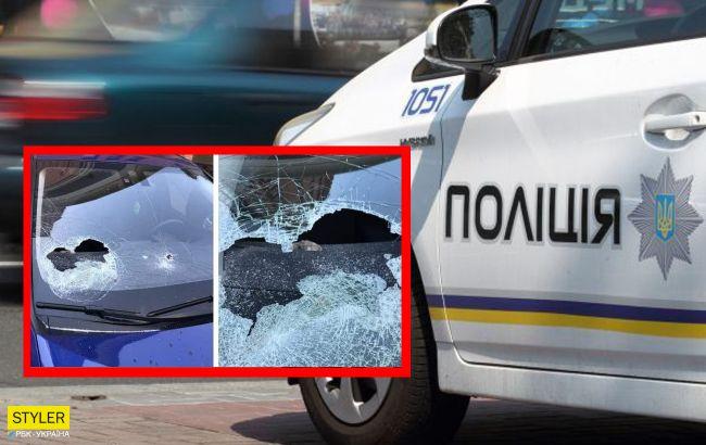 У центрі Києва розгромили елітні авто і вимазали їх чимось бурим (фото)