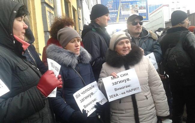Фото: активісти не вважають за необхідне допит Януковича