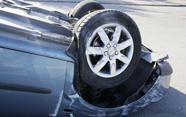 В Киеве автомобиль въехал в остановку с людьми, есть пострадавшие