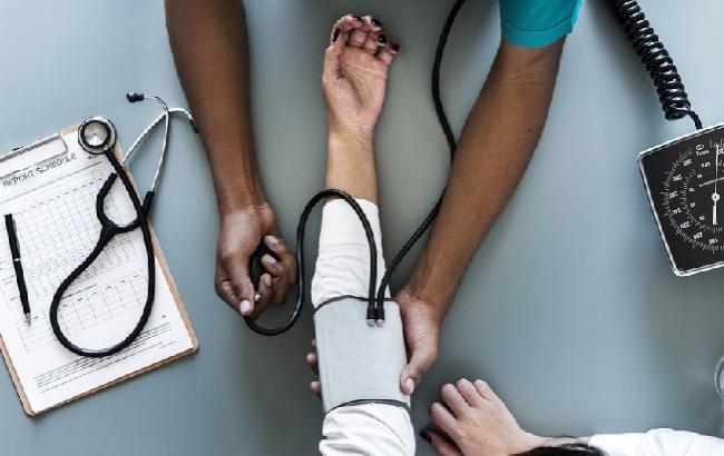 Расскажут о болезнях сердца: эксперты назвали 10 тревожных симптомов, проявляющихся на коже