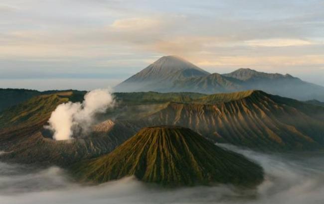 У Мережі з'явилися приголомшливі фото виверження вулкана на Яві