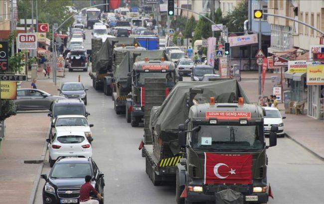 Фото: Турция стягивает бронетехнику к границе с Сирией