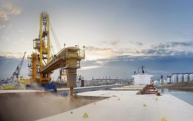 Фото: погрузка зерновых (cfts.org.ua)