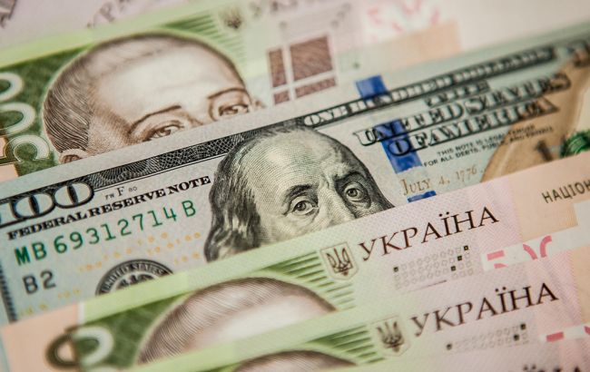 Курс долара на міжбанку впав нижче 24 гривень