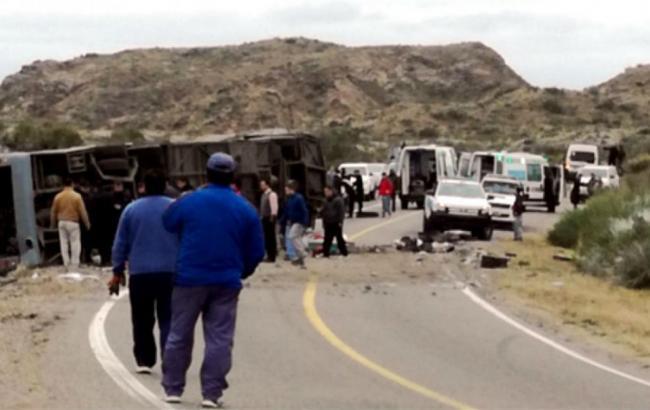 Фото: автобус зіткнувся з вантажівкою в Аргентині (lanacion.com.ar)