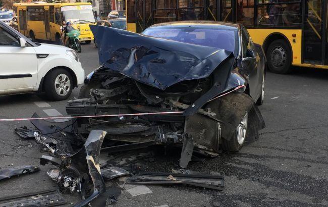 Опубліковано відео ДТП з Range Rover і Tesla в центрі Києва
