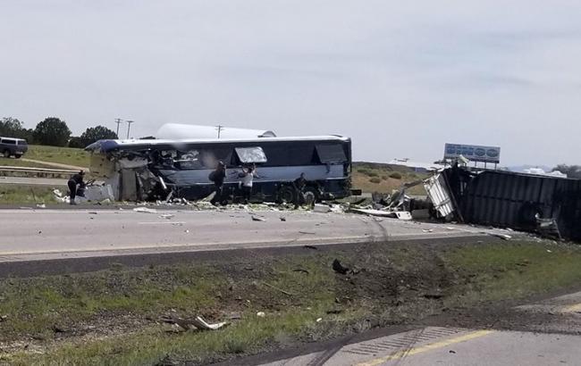 У США зіткнулися пасажирський автобус і вантажівка, є загиблі