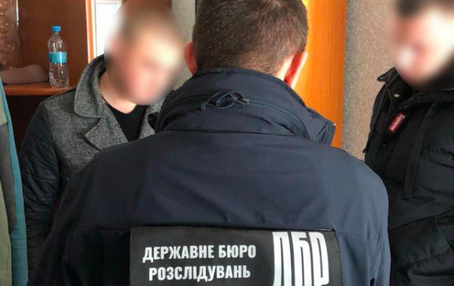 ДБР підозрює у шахрайстві оперуповноваженого СБУ та експоліцейського