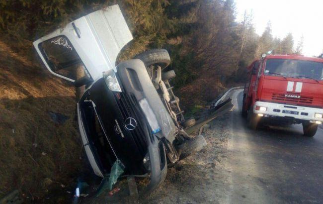 Во Львовской обл. перевернулся микроавтобус, есть погибший