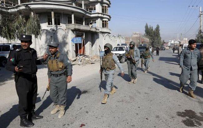 Фото: полиция на месте взрыва в Джелалабаде (Reuters)