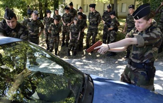 Фото: у Франції закликають записуватися в резерв поліції