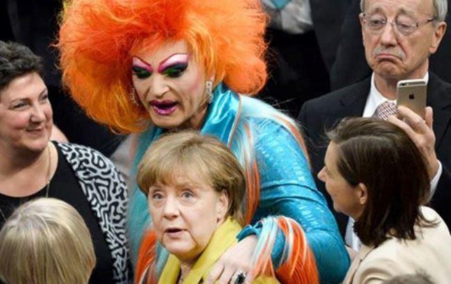 Перепуганная Меркель в объятиях травести-дивы покоряет сеть