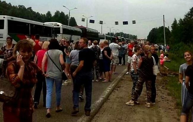 """В Беларуси в очередях """"застряли"""" десятки автобусов с украинскими туристами"""