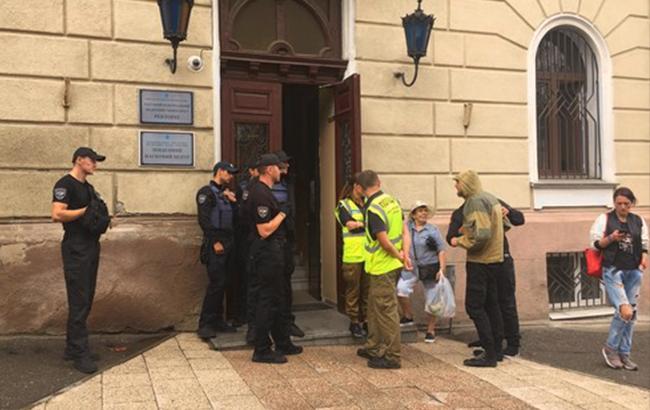 Экс-ректор ОНМедУ Запорожан пошел на штурм вуза и заблокировал выдачу зарплат и стипендий