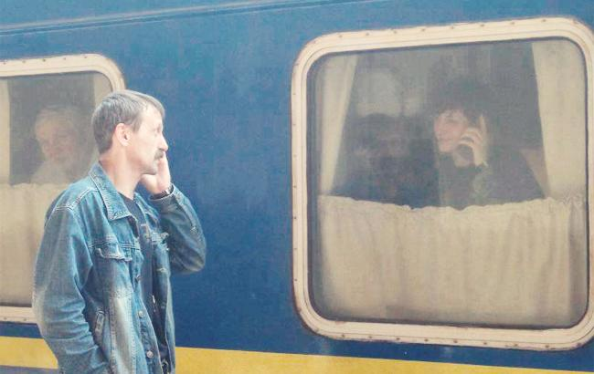 Мережу зворушила фото чоловіка, який проводжає дружину на Донбас