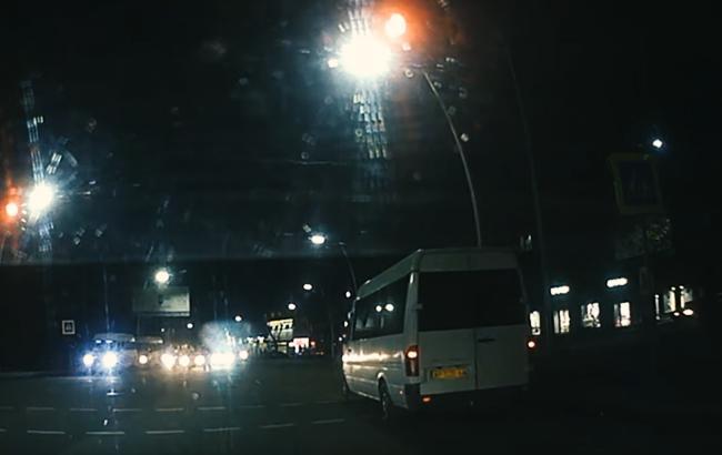 """""""Там же люди!"""": маршрутчик """"прокрался"""" на красный на опасном перекрестке (видео)"""
