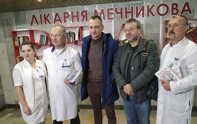 Радник прем'єра Голик поповнив буккросинг у лікарні Мечникова 300 книгами