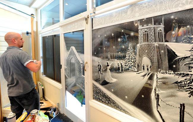 Британець створює унікальні малюнки на вікнах