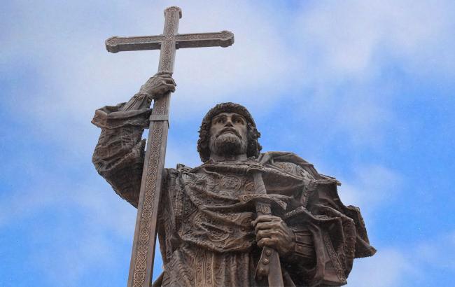 Коллаж: Памятник князю Владимиру в Москве (РБК-Украина)