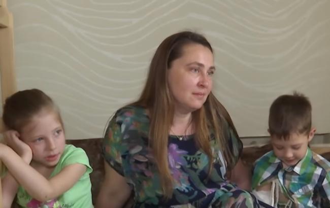 Многодетная киевлянка семь лет спит на полу, а по ночам шьет одежду деткам