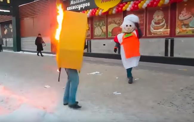 Гаряча бійка: один ображений промоутер підпалив іншого (відео)