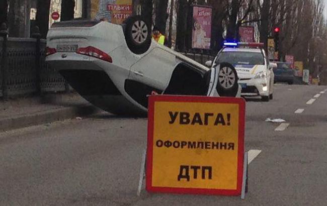 Жахлива ДТП в центрі Києва: авто перекинулося на дах (фото)