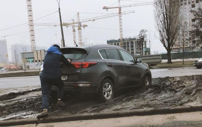 Горе-водій хотів розвернутися, але щось пішло не так (фото: facebook.com/groups/AvtoKiev)