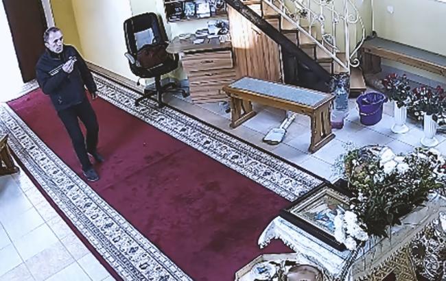 """В Тернополе """"набожный"""" вор трижды перекрестился, а затем похитил из церкви деньги (видео)"""